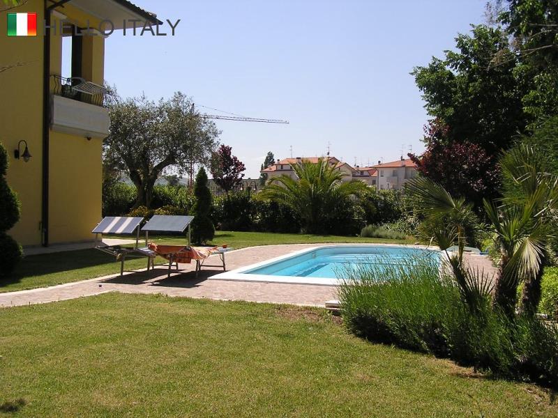Villa con piscina tra urbino e pesaro for Piscina urbino